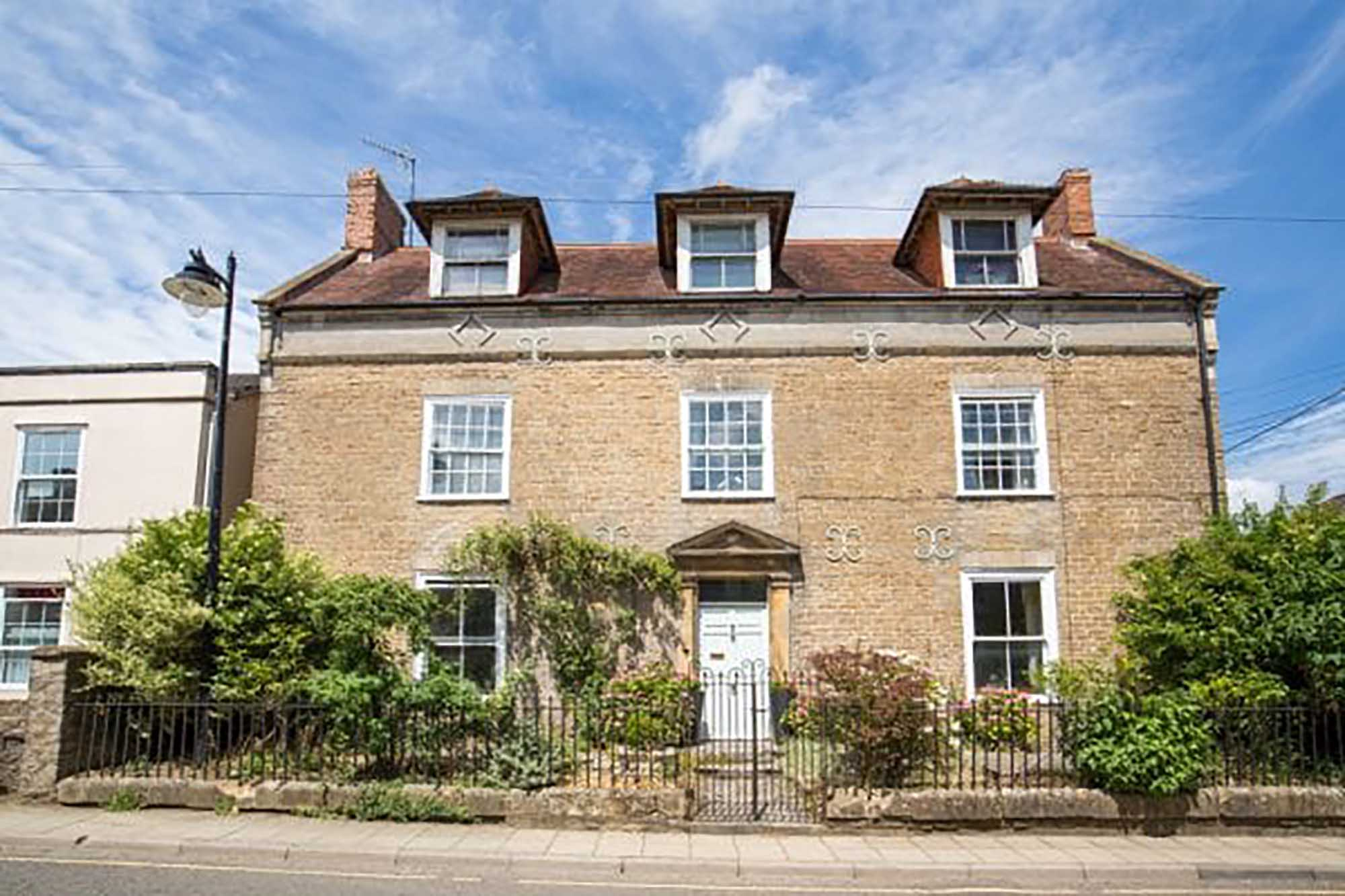 Elegant period property. Annexe & coach house central Bruton